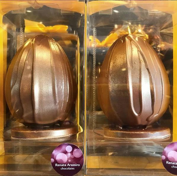 Renata Assiro - Ovo Duo de Caramelo (600g): Duas cascas recheadas com sabores diferentes de caramelo. O primeiro é uma ganache densa de caramelo salé e a outra com recheio de caramelo puxa puxa com baunilha e nozes e sal negro do Hawaii. Bomboms de chocolate ruby e ao leite 41%. Preço: R$ 235,00.