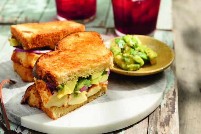 Sanduíche de queijo coalho e guacamole