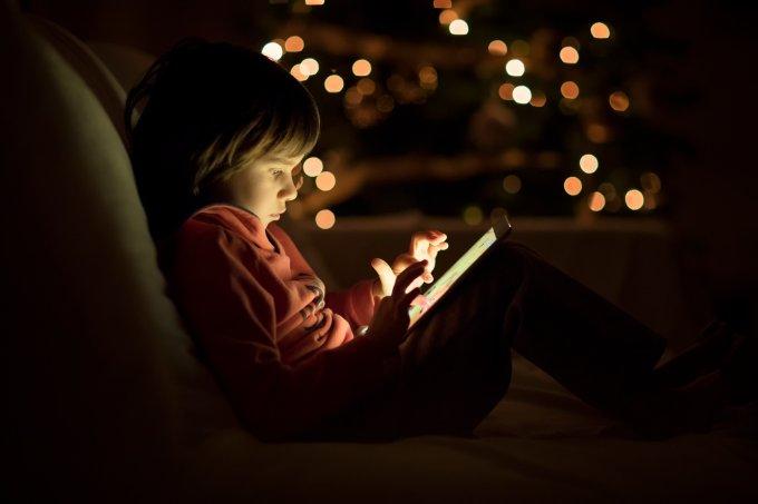 Criança usando tablet