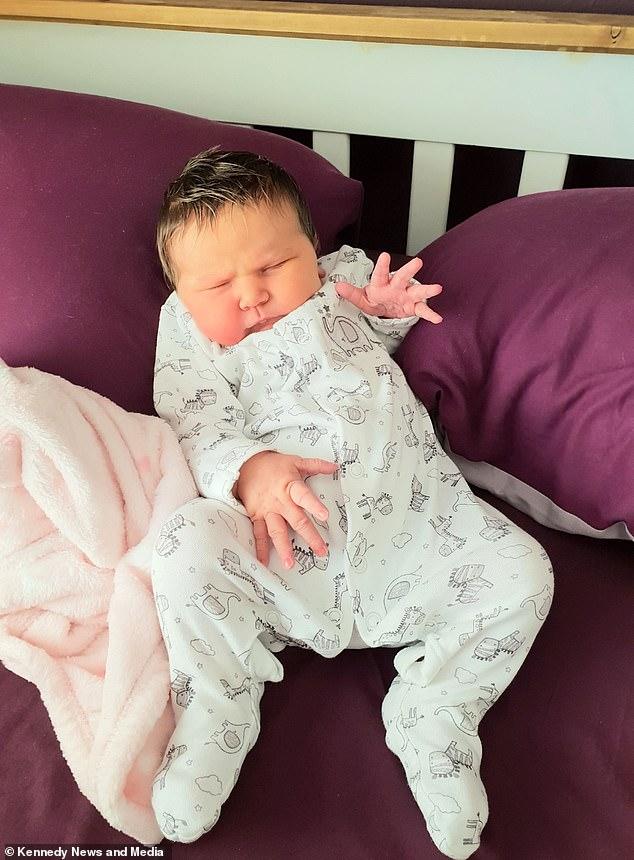 Bebê nasce com cabelo com luzes naturais