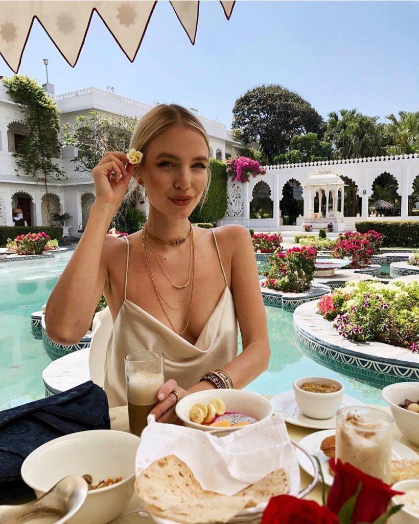 Mulher usando decote drapeado em frente a piscina