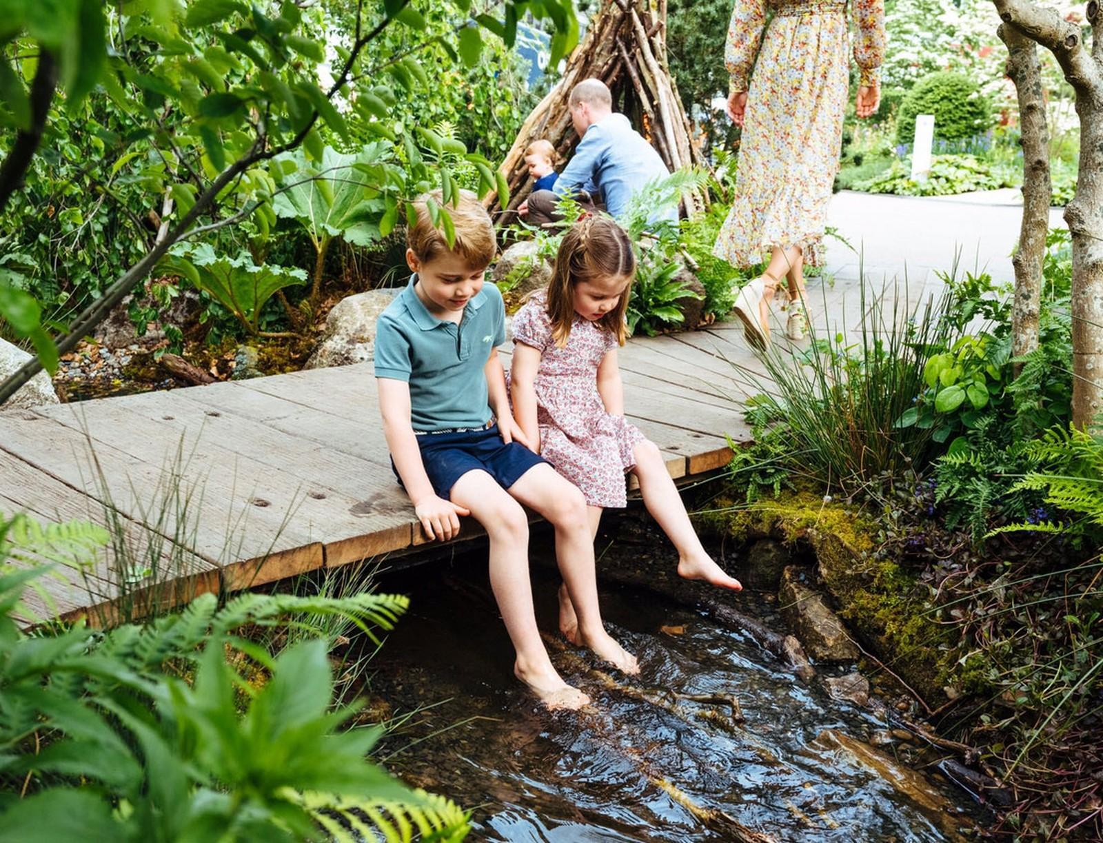 George e Charlotte com os pés no rio