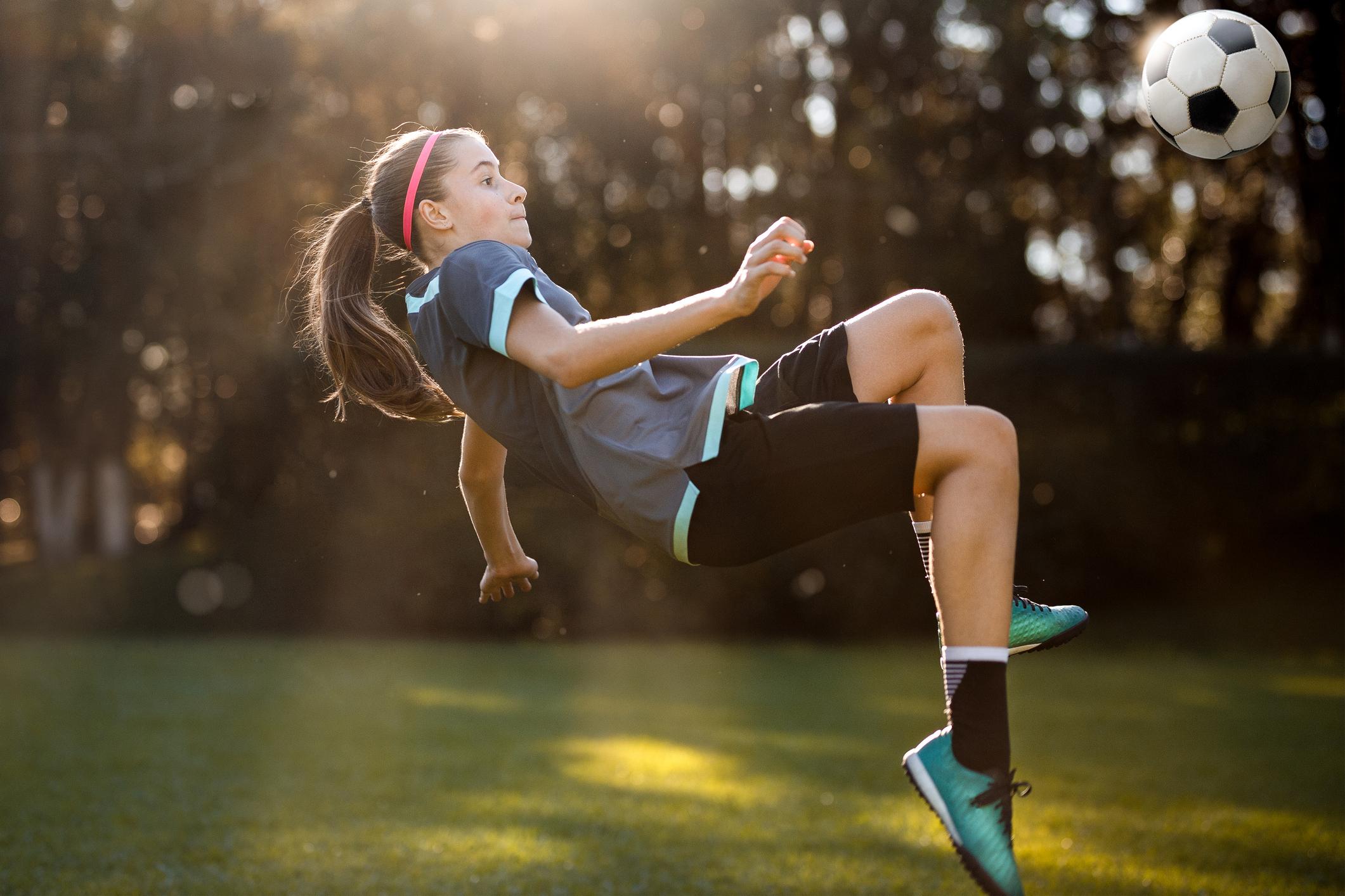 Garota jogando futebol