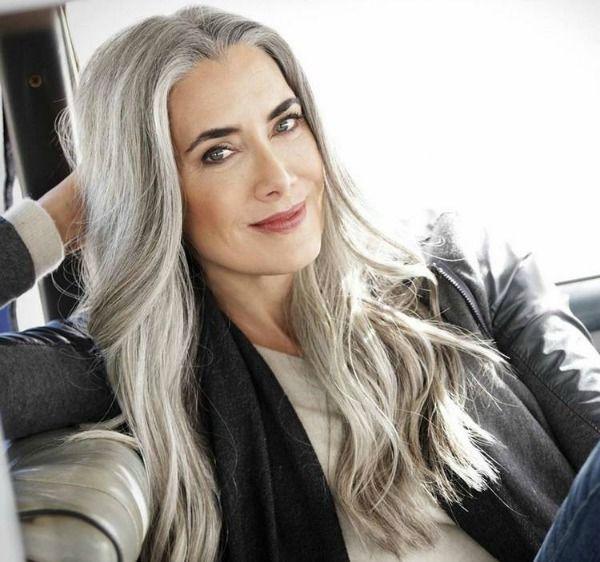 Mulher de cabelos longos e grisalhos