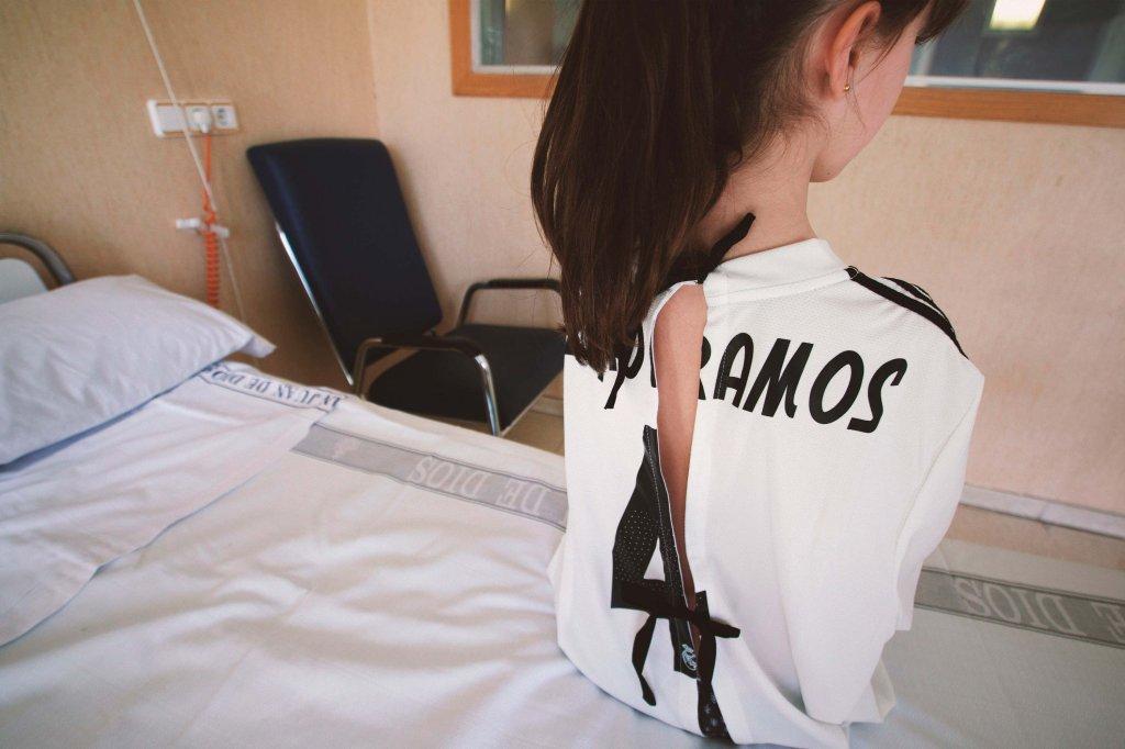 Menina usando camisa de futebol transformada em bata hospitalar