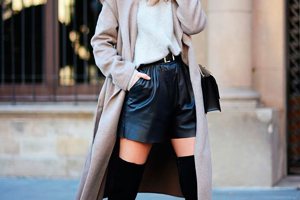 street-style-look-camisa-branca-shorts-de-couro-preto-sobretudo-bege-bota-over-the-knee