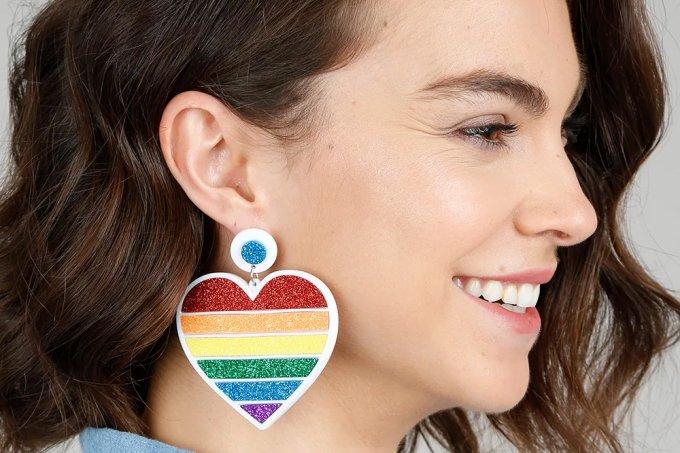 brinco feminino pride coração arco-íris com glitter branco – único em até 2x de R$ 19,99 no cartãoou R$ 39,99
