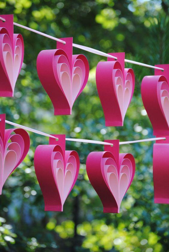 Varal de corações de papel rosa
