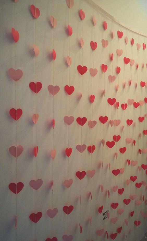 Corações de papel decorando parede