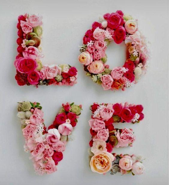 """Palavra """"love"""" formada por letras decoradas com flores coloridas"""