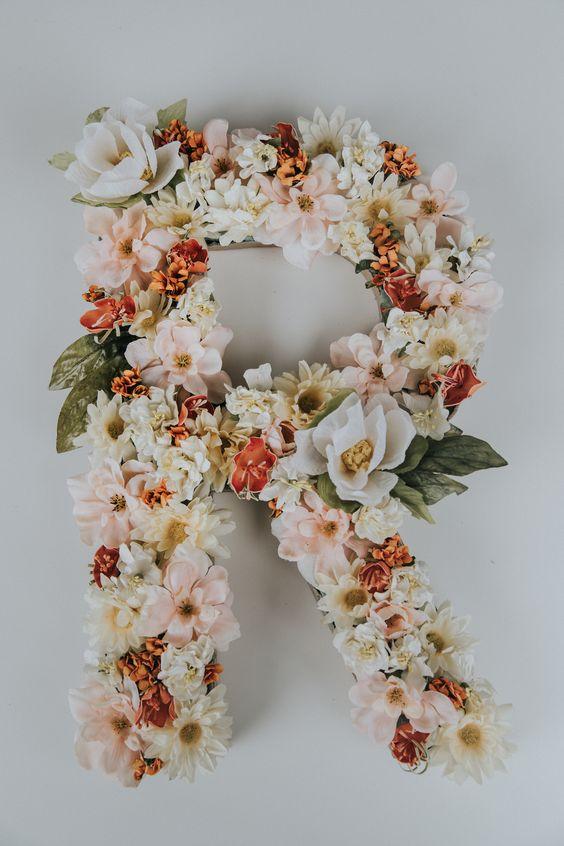 Letra R formada por flores