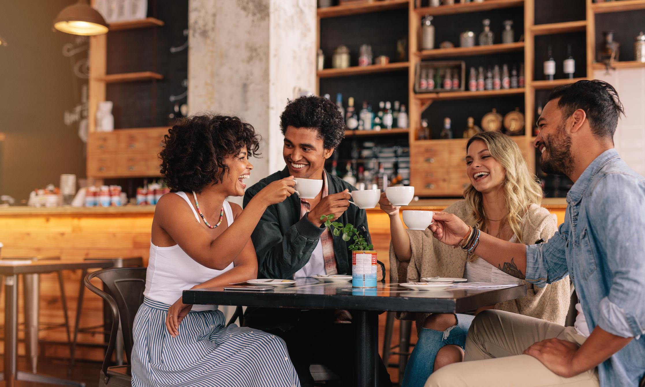 Grupo de amigos tomando café