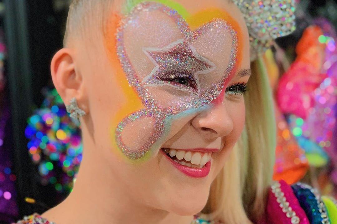 Jojo Siwa tem kit de maquiagem recolhido