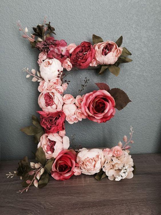 Letra E formada por flores
