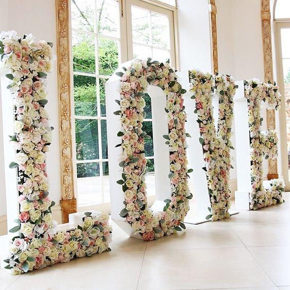 """Palavra """"love"""" formada por letras decoradas com flores"""