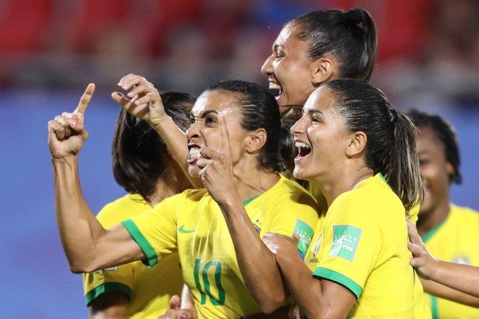Marta faz gol de pênalti que garante vitória do Brasil sobre a Itália