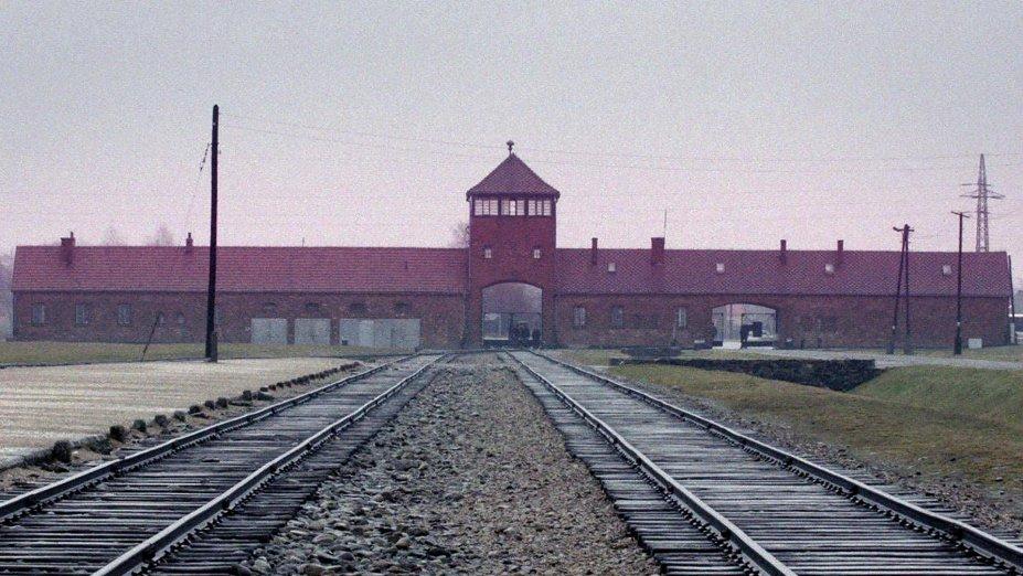 """<strong>O Contador de Auschwitz (estreia em 01/07): </strong>Em 2015, um julgamento domina as manchetes de todo o mundo. No banco dos réus, agora com 94 anos, está o """"Contador de Auschwitz"""", como ficou conhecido o ex-oficial da SS Oskar Gröning, acusado de cumplicidade no assassinato de 300 mil judeus."""
