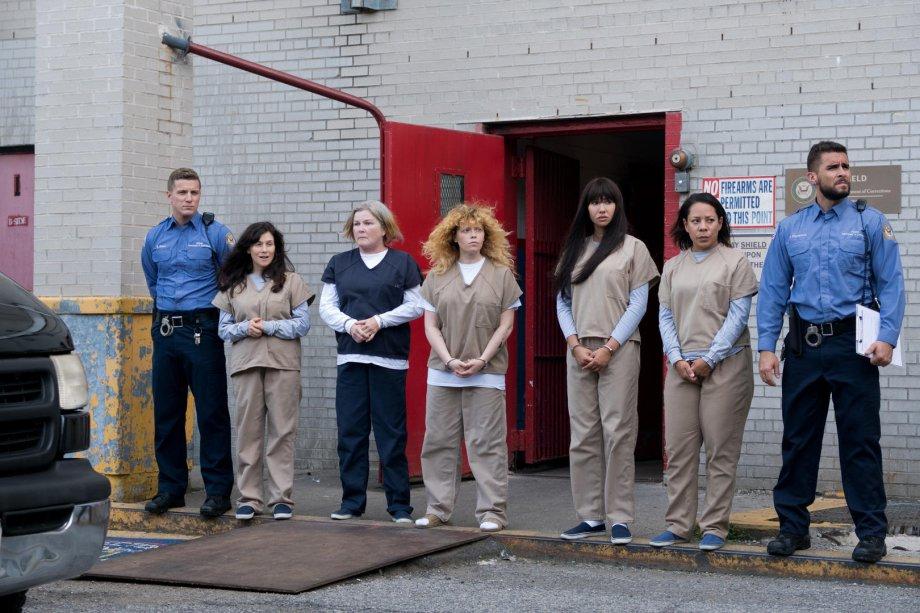 """<strong>Orange Is the New Black: Temporada 7 (estreia em 26/07): <span style=""""font-weight:400;"""">Na temporada final da série, Piper tem um novo desafio pela frente: se adaptar à vida além dos muros de Litchfield.</span></strong>"""