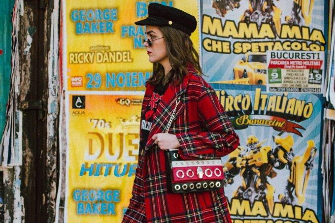 Look com casaco estampado em xadrez tartã