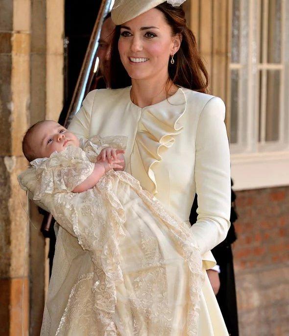 Kate Middleton e príncipe George, no dia de seu batizado