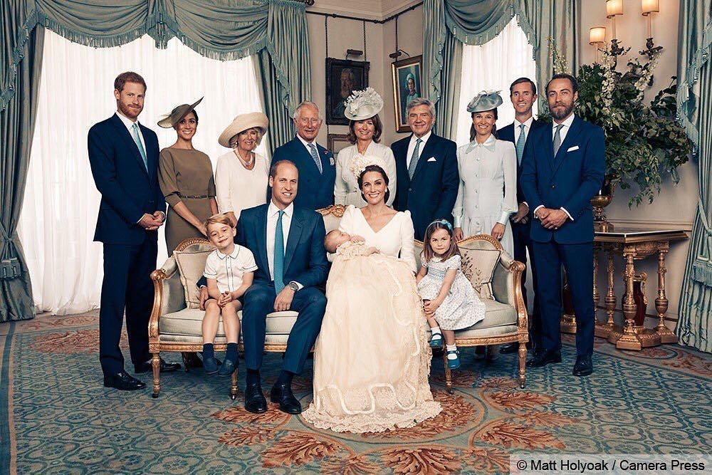 Família real posa para foto após batizado de príncipe Louis
