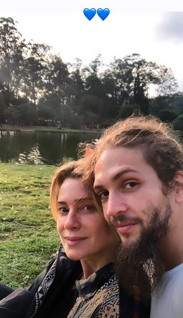 Leticia Spiller aproveitou a tarde de domingo com seu namorado Pablo