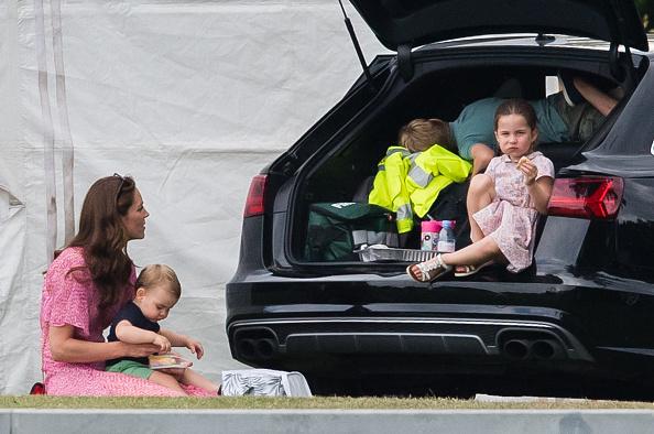 Kate e os filhos em piquenique