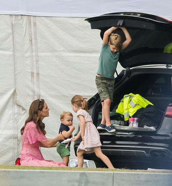 Kate e seus filhos em piquenique