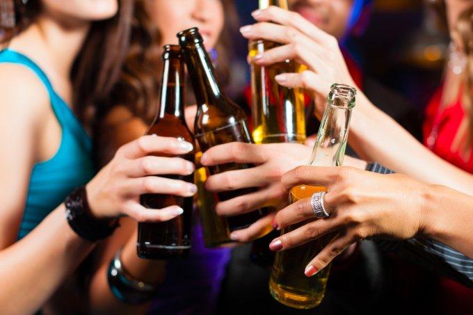 Uso abusivo de bebida alcoólica cresce entre mulheres, diz pesquisa