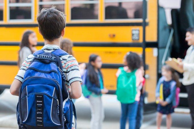 Criança indo para a escola