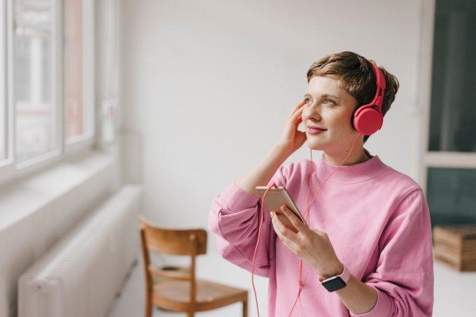 mulher ouvindo música de fones de ouvido