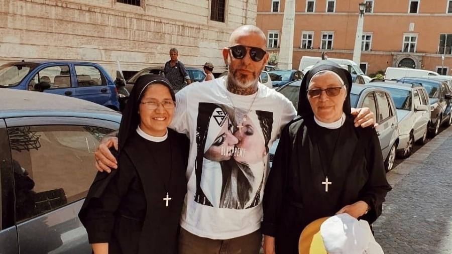Henrique Fogaça causa polêmica ao postar foto com freiras