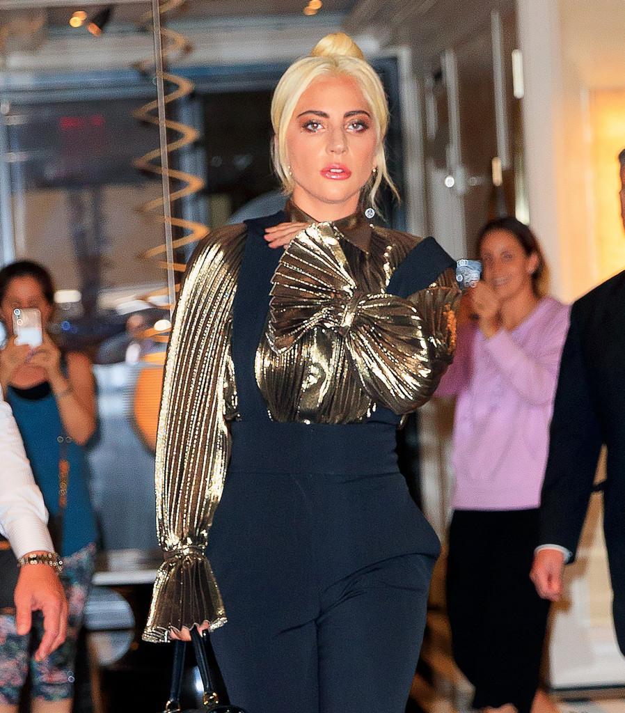 Lady Gaga sai de hotel no dia 1 de julho