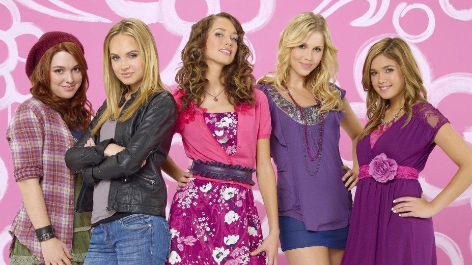 """<strong>Meninas Malvadas 2 (estreia em 01/08):</strong><span style=""""font-weight:400;"""">Nesta sequência, o pai de uma jovem deslocada na escola se oferece para pagar a faculdade de outra aluna se ela se tornar amiga de sua filha.</span>"""