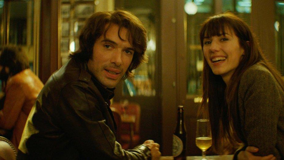 """<strong>Monsieur & Madame Adelman (estreia em 02/08):</strong><span style=""""font-weight:400;"""">Sarah e Victor viveram juntos por mais de 45 anos. Qual será o segredo? Amor, ambição e mistério são apenas parte da jornada deste peculiar casal.</span>"""