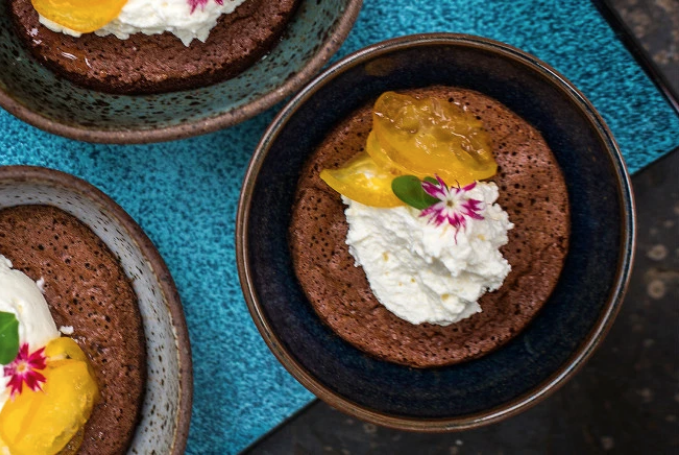 Suflê de chocolate com compota de kinkan
