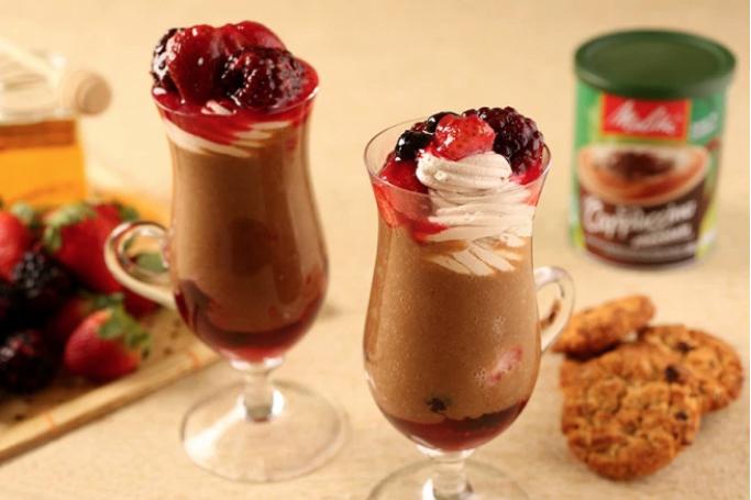 Cappuccino de chocolate com frutas vermelhas