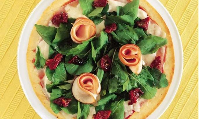 Pizza de mussarela de búfala com rúcula