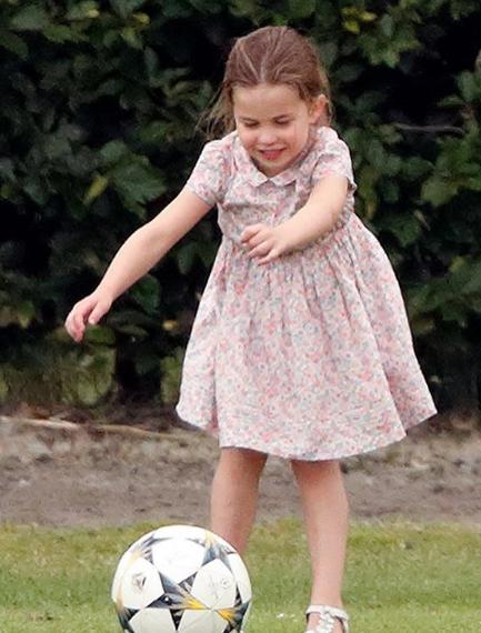 Charlotte jogando bola
