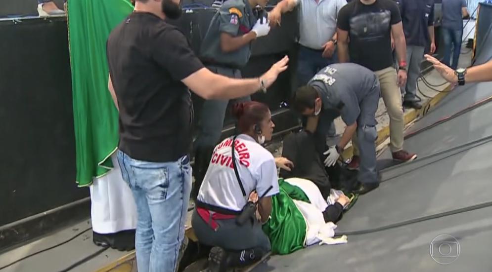 Padre Marcelo Rossi sendo atendido após empurrão