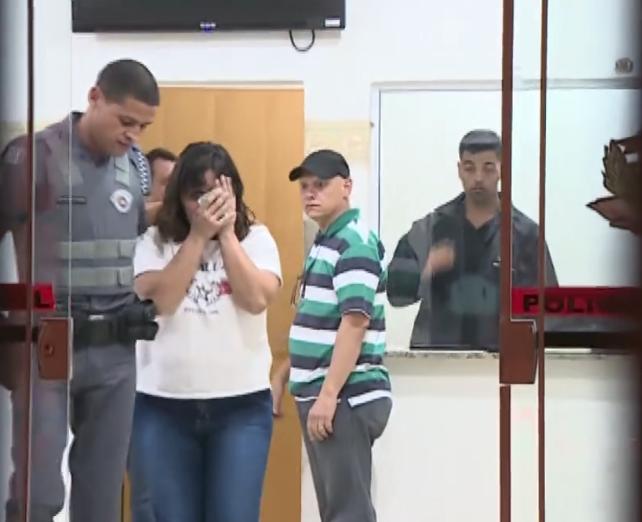 Mulher que empurrou padre Marcelo Rossi saindo da delegacia