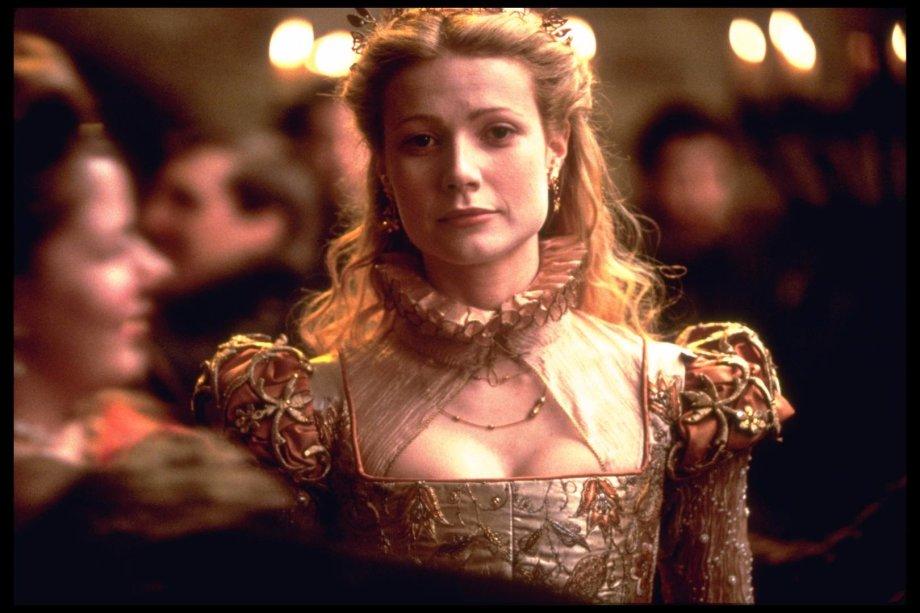 """<strong>Shakespeare Apaixonado (estreia em 16/08):</strong><span style=""""font-weight:400;"""">Uma grande paixão surge quando o jovem Shakespeare é forçado a encenar sua mais nova comédia antes mesmo de ter começado a escrevê-la. Com Joseph Fiennes, Gwyneth Paltrow e Judi Dench.</span>"""
