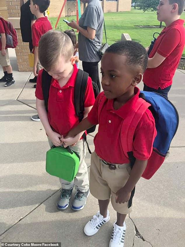 Menino ajuda colega em primeiro dia de aula