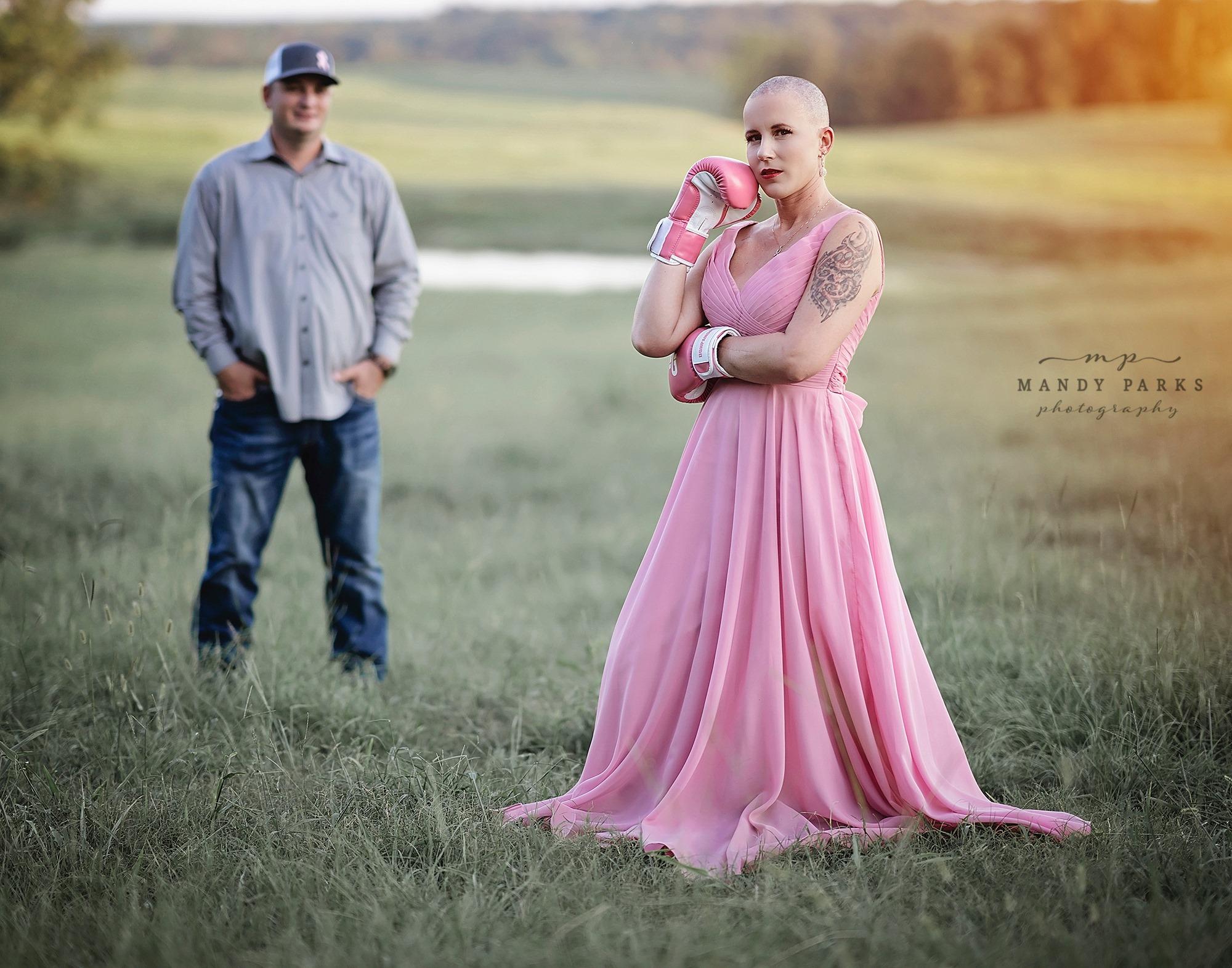 Sessão de fotos representa a luta de uma mulher contra o câncer de mama