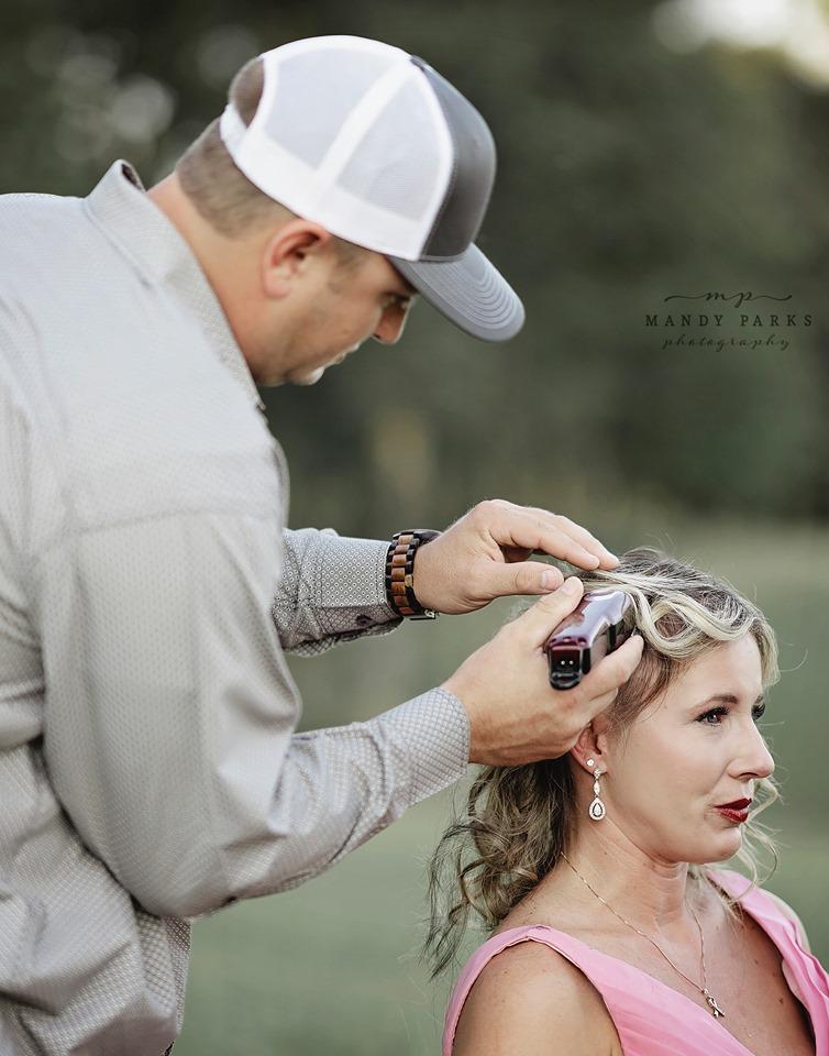 Kelsey raspando a cabeça de sua esposa Charlie, que luta contra o câncer de mama