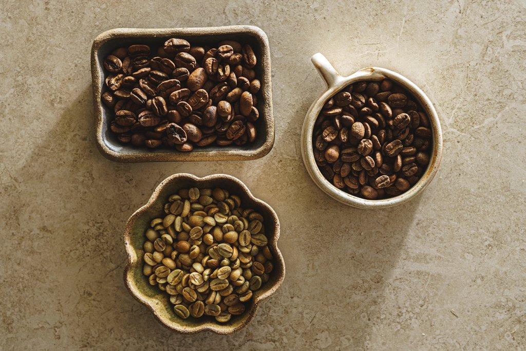 A Um Coffee Co. vende grãos verdes, para quem quer testar a torra caseira, e torrados. O procedimento correto pode acentuar a doçura do café