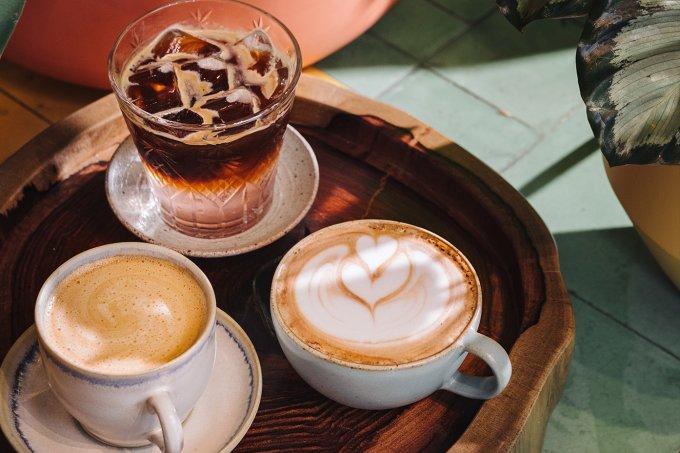 Madeira, Dpot Objeto; xícaras e pires, Atelier Muriqui de Cerâmica; pratinho branco, Quintal das Artes; copo de vidro, Le Lis Blanc Casa