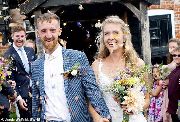 Casal cultiva flores para usar na decoração de seu casamento