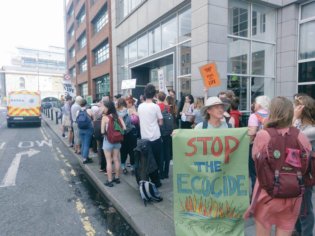 Manifestantes protestam contra a devastação da Amazônia em frente a embaixada brasileira em Dublin, na Irlanda