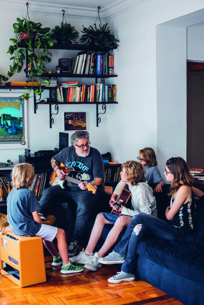 Paizão e louco por música, o chef Benny Novak apresentou cedo aos filhos seus discos e instrumentos. Virou uma paixão coletiva. Depois deste almoço especial, ele aproveitou para mostrar alguns acordes para Fernando (na foto, com o violão), os gêmeos André (de óculos) e Gabriel e a primogênita, Sofia